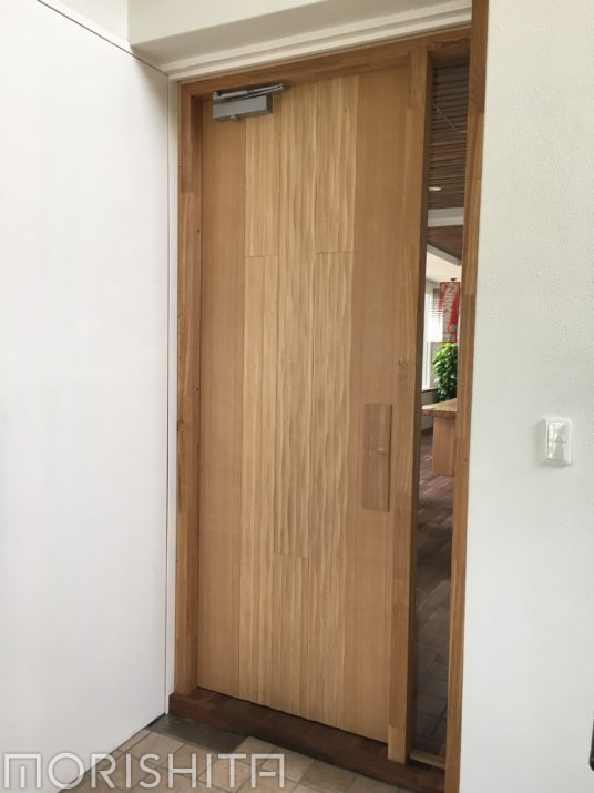 ショールーム扉